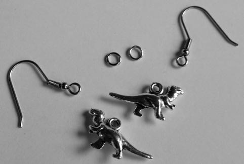 Dinozeug für Ohrringe: Zwei Ringe, zwei Dinos, zwei Haken