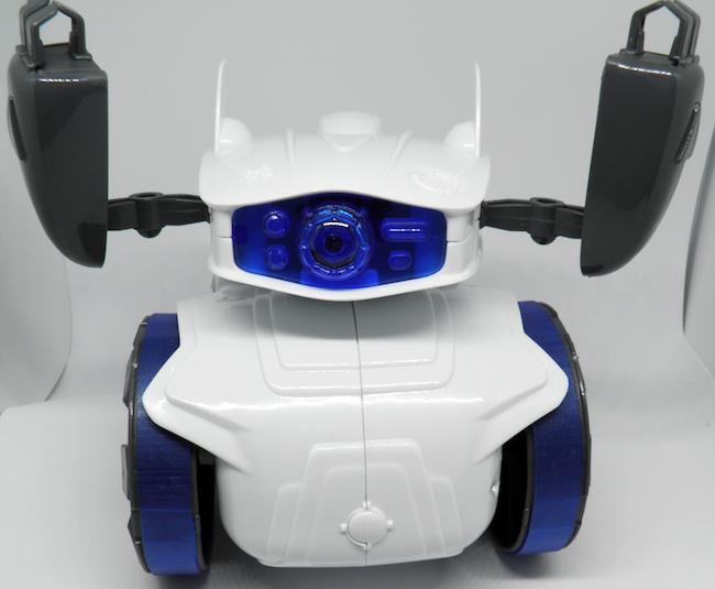 Endlich fertig: Der kleine Clementoni Cyber Roboter jubelt. ;-)