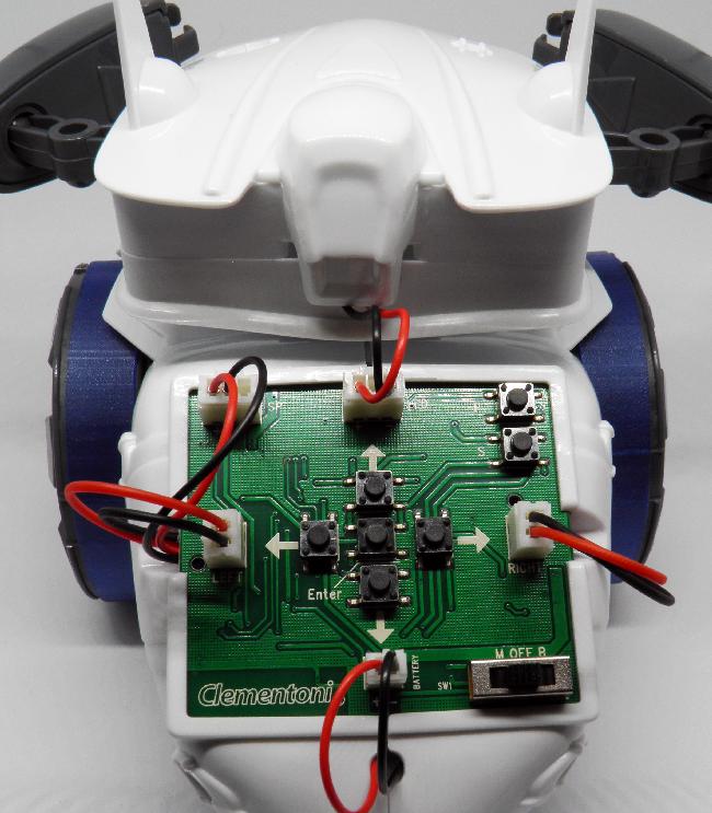 Roboter-Rückseite: Die Platine des Clementoni Cyber Roboters ist hinten montiert und bleibt sichtbar. Sie wird im manuellen Modus zur Steuerung verwendet.