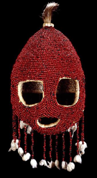 Maske aus Pflanzenfasern, Haaren und Paternostererbsen. Bild: British Museum.