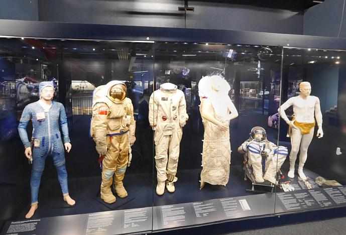 Raumanzüge (und Astronauten-Schlafsack) im Deutschen Museum.